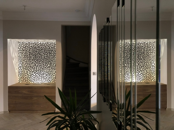 Ce meuble sur mesure fait suite à une co-création avec le designer Edouard Astruc pour accueillir sa sculpture lumineuse. Au-delà le l'aspect sobre et épuré qu'il représente, il est conçu de manière à intégrer la source lumineuse derrière la sculpture. Ce