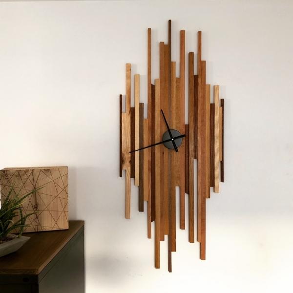 Horloge de la petite série ISIR (100 pièces) . Réalisée avec différentes essences de bois ce qui permet de jouer avec les textures et couleur.
