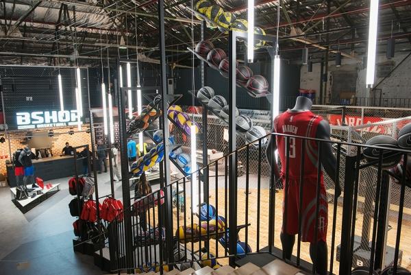 B-Shop, un lieu unique dédié à la passion du basket - Un magasin organisé autour d'un terrain de jeu et d'expérimentation dans un décor street-art en affinité avec ses clients.