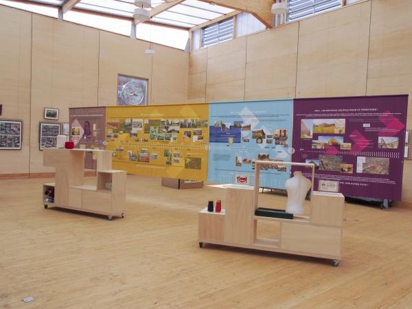 Aménagement de l'espace de la Maison du Projet avec la création d'une frise chronologique suspendue de plus de 9 mètres de long accompagnée de deux meubles mobiles (créés par Atom architecture).