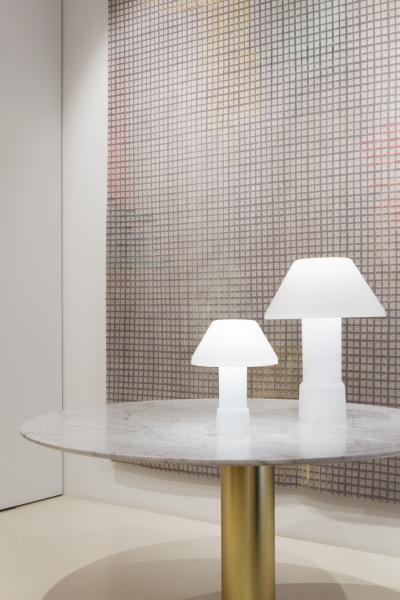 Scénographie de la vitrine d'été du showroom de la marque Golran, à Milan.