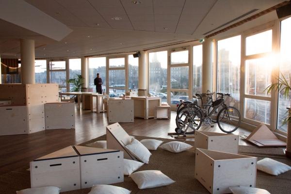 PLAY : design d'espace, mobilier modulable qui permet à chaque participant de créer son propre espace de travail, de détente, de jeu, de rangement, d'exposition...