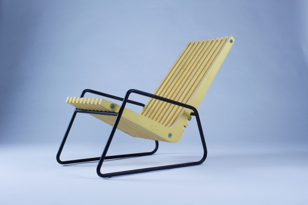 Assise basse. Siège bas conçu pour permettre à l'utilisateur de bénéficier d'un moment de détente et de repos. Cette chaise s'incline simplement en ajustant l'assise en bois sur le pied en métal.