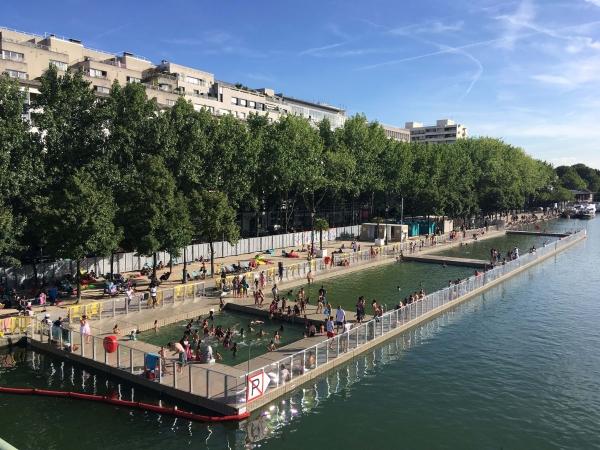 Baignade en eau naturelle dans le bassin de la Villette à Paris.