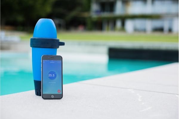 Blue,  analyseur de piscine intelligent qui vous aide à prendre soin de votre piscine 24h/24.