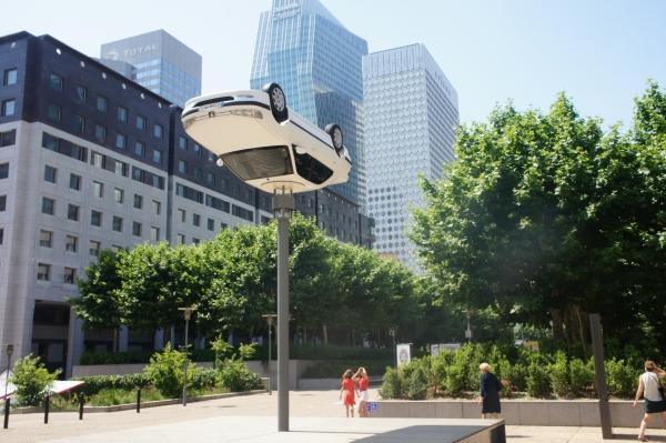 Benedetto Bufalino, La voiture sur le lampadaire, 2019, Les extatiques 2019, Paris La Défense (Commissaire d'exposition : Fabrice Bousteau)