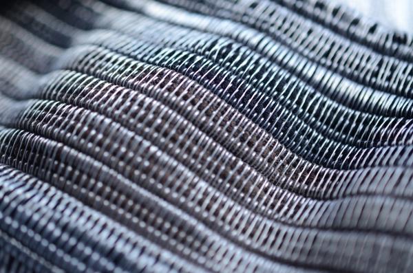 Je développe avec un tisseur français un textile à partir de collants filés découpés en bobines. Aussi, je propose de illustrations et motifs textiles pour des marques de mode éthique.