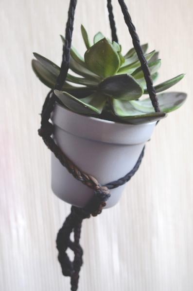 Je propose des suspensions florales (tout fait ou à faire en atelier) à partir de bobines de collants recyclés.