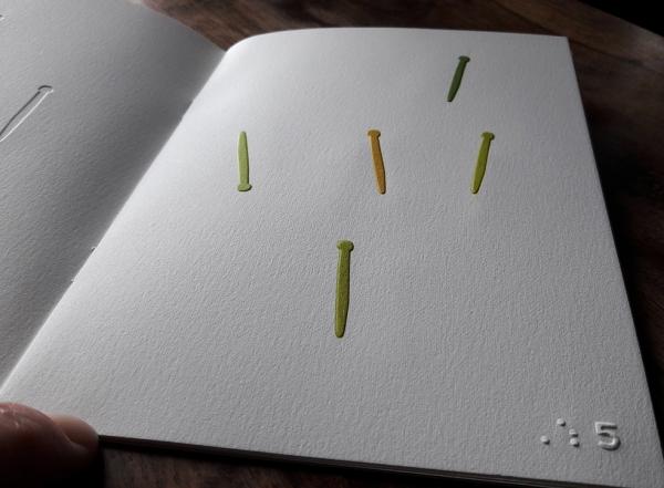 Des formes sont gaufrées sur du papier Arches, car j'ai voulu que le toucher soit au centre de ce livre. Livre pour enfants et adultes, voyants ou non. C'est un livre tactile, des formes de clous sont gaufrées puis sont mises en couleur. Un chiffre en bra