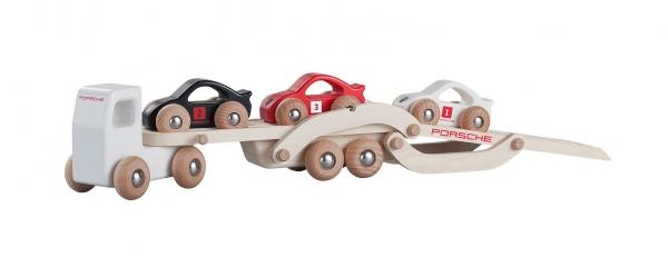 Porsche Racing Wooden truck est un jouet en bois pour enfant reprenant les lignes des voitures de la marque. La remorque est, elle, pensée pour éviter toute blessure de l'enfant lors de son utilisation (Ouverture / Fermeture).