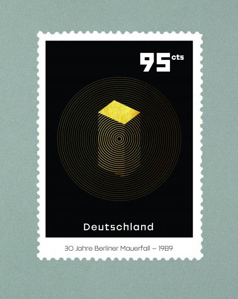 Le projet de timbres sur l'anniversaire de la chute du mur de Berlin amorce une compréhension temporelle et abstraite de la construction du mur de la séparation d'un peuple, jusqu'à la destruction de ce même mur, puis l'unification qui recrée cette unité.