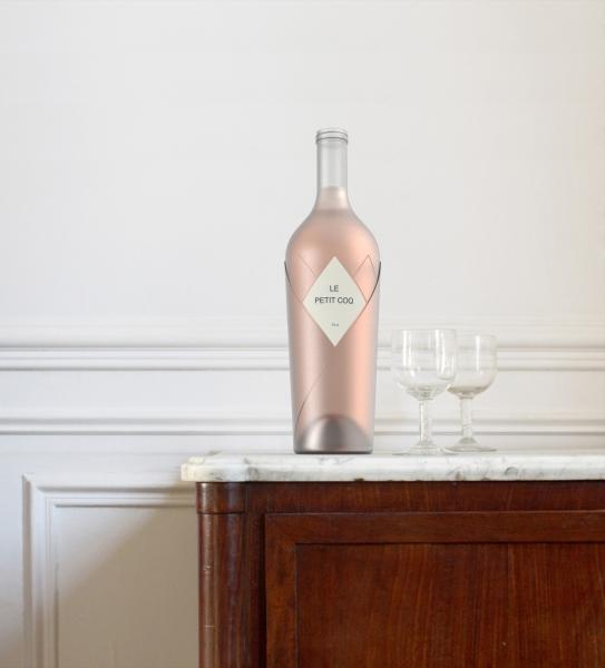 Cette bouteille à l'épaule bombée représente fièrement le savoir-faire français, à l'image de son emblème. Ce verre sculpté laissant passer un jeu de plume entrelacé évoque la finesse des assemblages de raisins français, et l'élégance de ses vins.