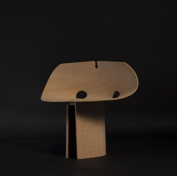 Ce projet est le fruit d'une recherche d'assise mono matériau. L'esprit principal est de jouer avec la rigidité et la force d'une plaque lorsqu'elle subit des torsions, pour créer un volume solide supportant le poids d'une personne.