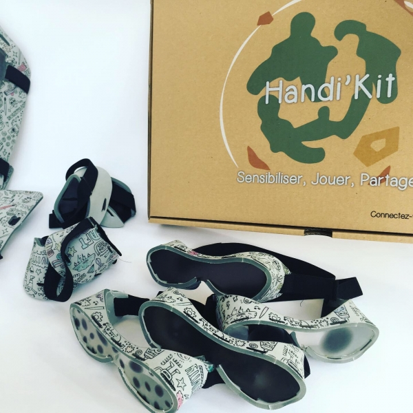 Handi'Kit est comme son nom l'indique un kit qui à pour objectif de fournir un matériel adéquat et simple aux professionnels de l'éducation (professeurs, animateurs, associations …) afin de sensibiliser les enfants aux handicaps moteurs, visuels et auditi