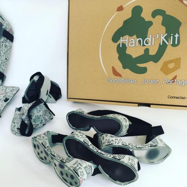 Handi'Kit est comme son nom l'indique un kit qui a pour objectif de fournir un matériel adéquat et simple aux professionnels de l'éducation (professeurs, animateurs, associations …) afin de sensibiliser les enfants aux handicaps moteurs, visuels et auditi