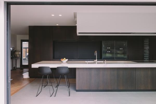 Architecture intérieure d'une maison particulière, Séjour, cuisine, bureau et ouverture sur le jardin.