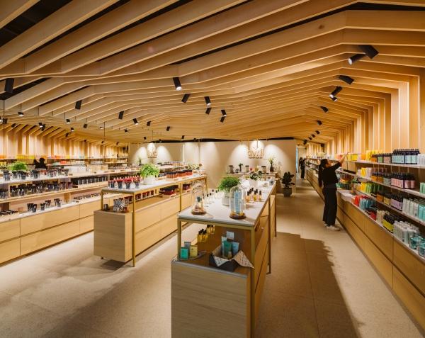 Architecture intérieure de la boutique AVRIL, cosmétique Bio, dans la gare Lille Europe. Concept Store.