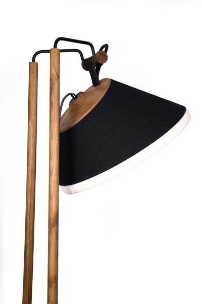 Lampadaire numéroté en chêne massif, cuir, flanelle, feutrine et métal. Utilisant des produits locaux et/ou made in France.